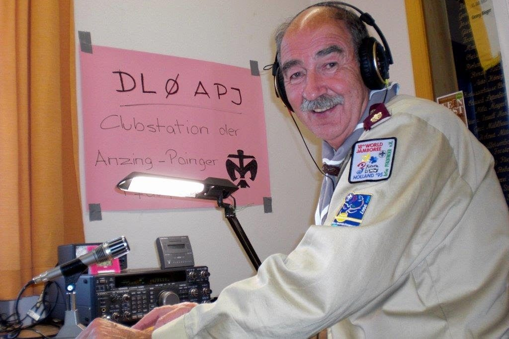 Hermann DL4MHT an der Clubstation DL0APJ - aktive Pfadfinderfunkstation beim JOTA 2016
